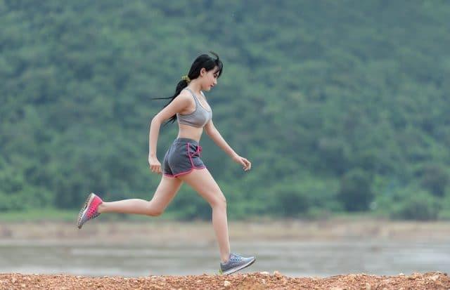 Jeune Femme Asiatique entrain de faire de la course à pied