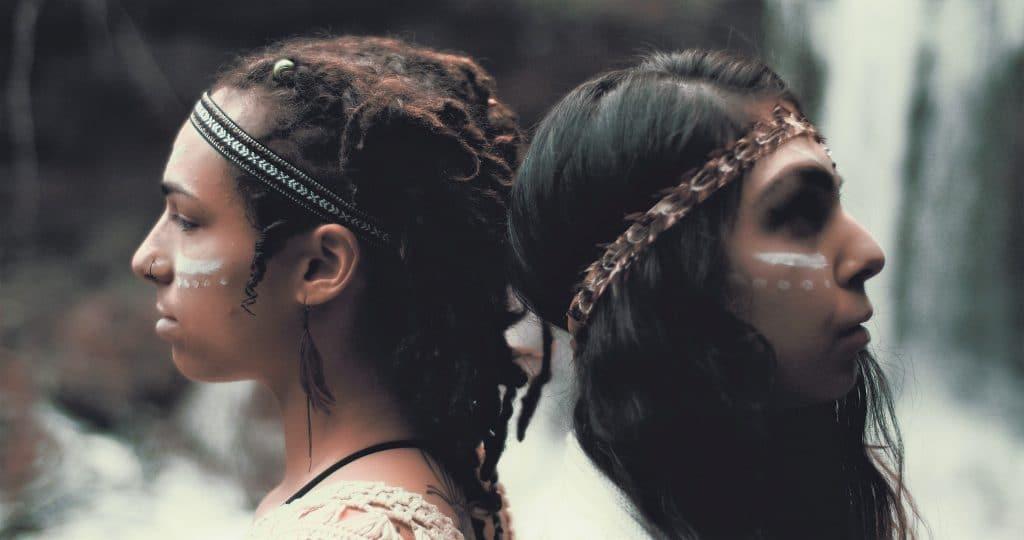 2 jeunes filles indiennes dos à dos
