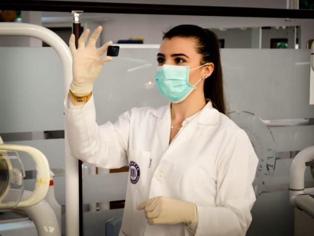 jeune étudiante en médecine portant une blouse blanche à l'hopital