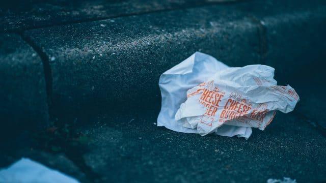 emballage de burger dans la rue