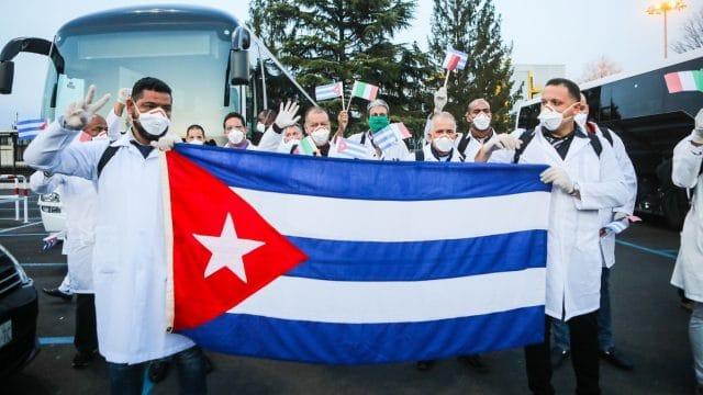 drapeau de cuba tenu par des médecins contre le coronavirus